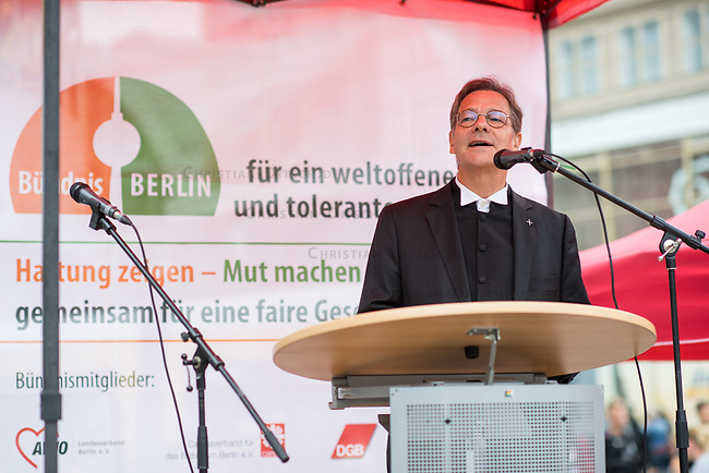 """Das Buendnis fuer ein weltoffenes und tolerantes Berlin, ein Buendnis von Kirchen, Gewerkschaften, Sport- und Wohlfahrtsverbaenden und weiteren zivilgesellschaftlichen Organisationen rief unter dem Motto """"Verantwortung fuer die Vergangenheit uebernehmen - fuer Gegenwart und Zukunft"""" zu einer Kundgebung am 17. August 2019, auf dem Alexanderplatz auf. <br /> Anlass fuer die Kundgebung waren berlinweite Proteste gegen den einen sog. """"Hessmarsch"""" von Rechtsextremisten und Neonazis.<br /> Im Bild: Bischof Dr.Markus Droege, Evangelische Kirche Berlin-Brandenburg-schlesische Oberlausitz.<br /> 17.8.2019, Berlin<br /> Copyright: Christian-Ditsch.de<br /> [Inhaltsveraendernde Manipulation des Fotos nur nach ausdruecklicher Genehmigung des Fotografen. Vereinbarungen ueber Abtretung von Persoenlichkeitsrechten/Model Release der abgebildeten Person/Personen liegen nicht vor. NO MODEL RELEASE! Nur fuer Redaktionelle Zwecke. Don't publish without copyright Christian-Ditsch.de, Veroeffentlichung nur mit Fotografennennung, sowie gegen Honorar, MwSt. und Beleg. Konto: I N G - D i B a, IBAN DE58500105175400192269, BIC INGDDEFFXXX, Kontakt: post@christian-ditsch.de<br /> Bei der Bearbeitung der Dateiinformationen darf die Urheberkennzeichnung in den EXIF- und  IPTC-Daten nicht entfernt werden, diese sind in digitalen Medien nach §95c UrhG rechtlich geschuetzt. Der Urhebervermerk wird gemaess §13 UrhG verlangt.]"""