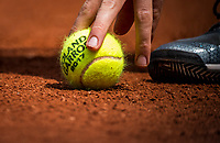 Paris, France, 28 May, 2017, Tennis, French Open, Roland Garros, balklid picking up tennisbal<br /> Photo: Henk Koster/tennisimages.com