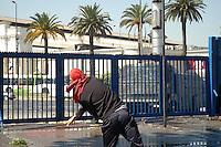 SANTIAGO, CHILE, 29 DE MARCO DE 2012 - DIA DO JOVEM COMBATENTE - Jovens encapuzados entram em conflito com a policia quando realizavam ato em comemoracoes ao dia do jovem combatente, nesta quinta-feira em Santiago capital do Chile. (FOTO: PABLO VERA-LISPERGUER / BRAZIL PHOTO PRESS).