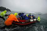Embarquement délicat à Half Moon island. Croisière à bord du NordNorge. Péninsule Antarctique