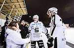 Uppsala 2015-02-04 Bandy Elitserien IK Sirius - Sandvikens AIK :  <br /> Sandvikens br&ouml;der Patrik Nilsson (mitten) oc hMikael Nilsson pratar med Sandvikens supportrar efter matchen mellan IK Sirius och Sandvikens AIK <br /> (Foto: Kenta J&ouml;nsson) Nyckelord:  Bandy Elitserien Uppsala Studenternas IP IK Sirius IKS Sandviken SAIK supporter fans publik supporters glad gl&auml;dje lycka leende ler le
