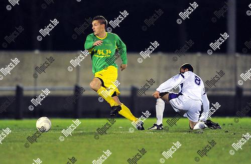 2010-12-11 / Voetbal / seizoen 2010-2011 / Sint-Lenaarts - Patro Eisden / Joris Jaspers (Sint-Lenaarts) laat Davy Sroka achter...Foto: Mpics