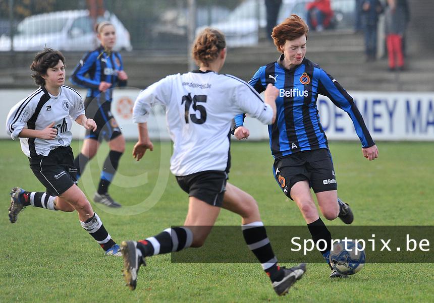 Club Brugge Dames - Eendracht Aalst Dames : Jolien Nuytten aan de bal voor Tecla Donadoni (links).foto Joke Vuylsteke / Vrouwenteam.be