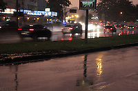 RIO DE JANEIRO; RJ; 05 DE FEVEREIRO 2013 - CLIMATEMPO NO RIO DE JANEIRO - Em mais um final de tarde deste verão; a chuva diz presente na Cidade do RIo de Janeiro complicando o tránsito e o retorno dos cariocas para casa. FOTO: NÉSTOR J. BEREMBLUM - BRAZIL PHOTO PRESS.