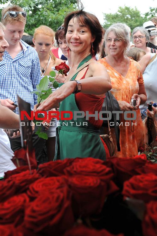 28.07.13, Rote Rosen Studio, Lueneburg, Rote Rosen, Fan-Tag,  im Bild Anja Franke beim Rosenverkauf mit den Fans// during the day 2013/07/28,Lueneburg<br /> Foto &copy; nph/ Witke