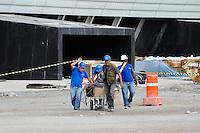 SAO PAULO, SP, 02.12.2013 - OBRAS ITAQUERAO - Operarios retomam nesta segunda-feira, 02 as obras da Arena Corinthians (Itaquerao) apos o acidente que aconteceu na ultima semana. Foto: Adriano Lima / Brazil Photo Press).