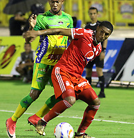 NEIVA - COLOMBIA - 31 - 03 - 2018: Edwar Lopez (Izq.) jugador de Atletico Huila disputa el balón con Juan Camilo Angulo (Der.) jugador de America de Cali, durante partido entre Atletico Huila y America de Cali, de la fecha 12 por la Liga Aguila, I 2018 en el estadio Guillermo Plazas Alcid de Neiva. / Edwar Lopez (L), player of Atletico Huila vies for the ball with Juan Camilo Angulo (R) player of America de Cali, during a match of the 12th date for the Liga Aguila I 2018 at the Guillermo Plazas Alcid Stadium in Neiva city. Photo: VizzorImage  / Sergio Reyes / Cont.
