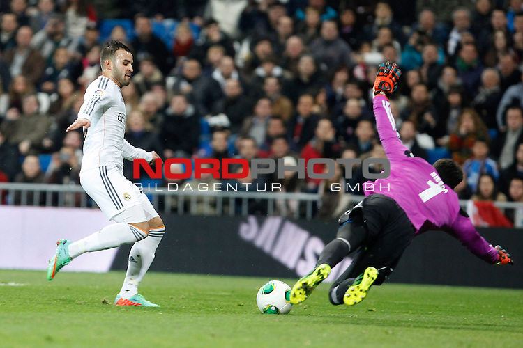 Real Madrid¬¥s Jese (L) and Osasuna¬¥s goalkeeper Riesgo during King¬¥s Cup match in Santiago Bernabeu stadium in Madrid, Spain. January 09, 2014. Foto © nph / Victor Blanco)