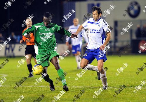 2012-11-03 / Voetbal / seizoen 2012-2013 / KSK Heist - Dessel Sport / Prince Usubonteng met Yusuf Ozcan van Heist..Foto: Mpics.be