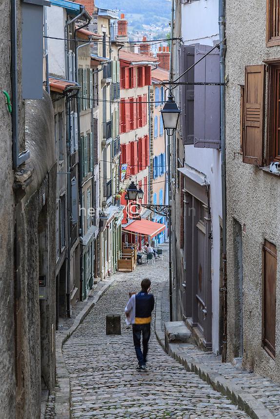 France, Haute-Loire (43), Le Puy-en-Velay, rue Meynard dans la vieille ville // France, Haute Loire, le Puy en Velay, Meynard street in the old town