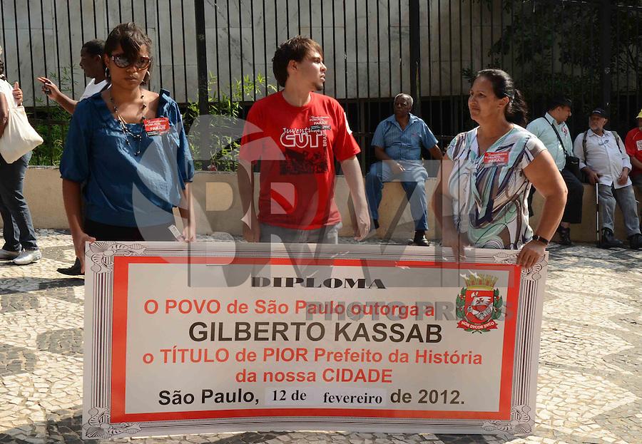 SÃO PAULO, SP, 16 DE FEVEREIRO DE 2012 - MANIFESTACAO SINDSEP  - Sindicato dos Trabalhadores na Administração Públicae Autarquia do Município de São Paulo, Sindsep, protesta contra reajustes salariais, na rua Libero Badaró, região central da capital, na tarde desta quinta-feira. FOTO: ALEXANDRE MOREIRA - BRAZIL PHOTO PRESS