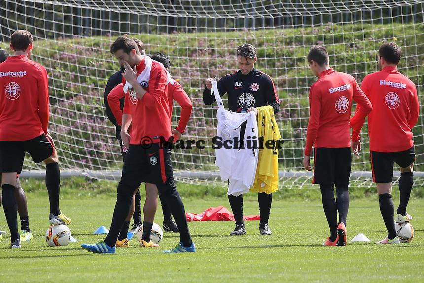 Trainer Niko Kovac verteilt die Leibchen für das Trainingsspiel - Eintracht Frankfurt Training, Commerzbank Arena