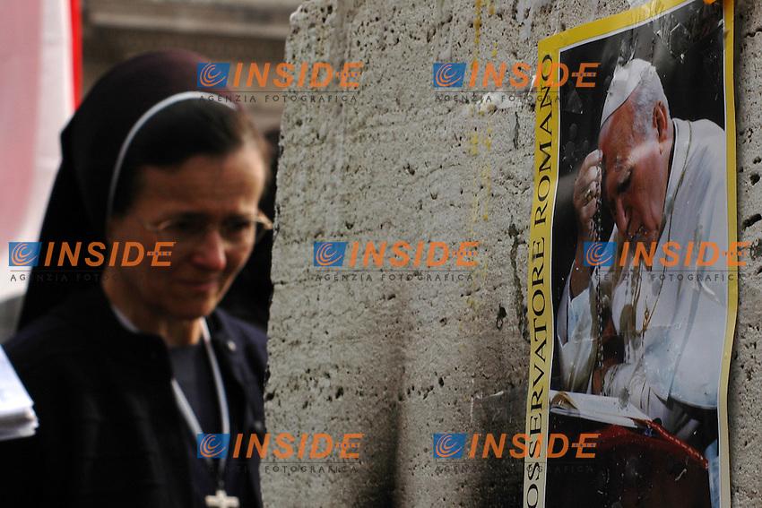 Roma 3/4/2005 St Peter's square - Piazza San Pietro.<br /> Una suora commossa durante la messa. Sul muro affissa un'immagine di Giovanni Paolo II<br /> Photo Antonietta Baldassarre Insidefoto