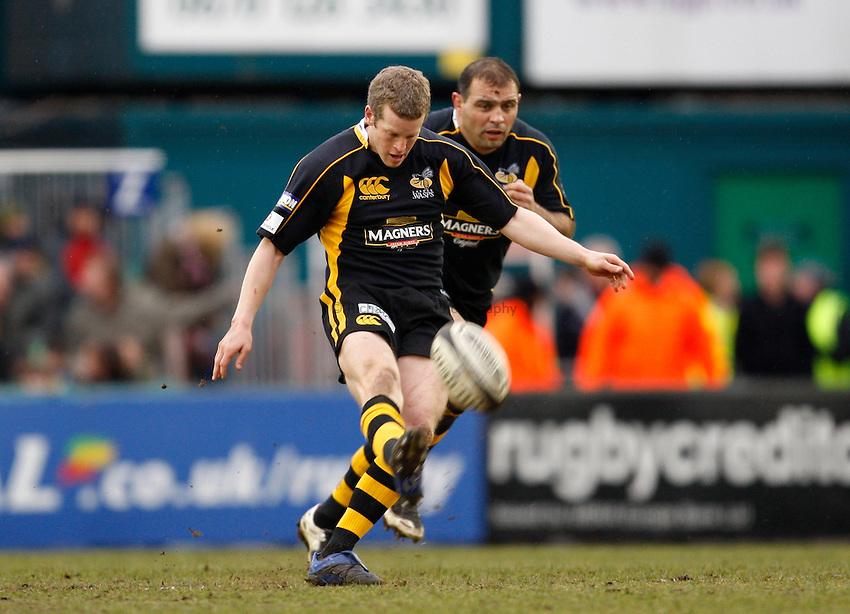 Photo: Richard Lane/Richard Lane Photography..Leicester Tigers v London Wasps. Guinness Premiership. 29/03/2008. Wasps' Dave Walder kicks.