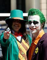 BARCELONA, ESPANHA, 05 DE MAIO 2012 - JOVENS ANIMES - Jovens vestidos de desenho animado se encontram na frente do 30º Salão de Quadrinhos Barcelona Comic Fair que acontece nesse fim de semana na Praça Espanha na cidade de Barcelona. FOTO: VANESSA CARVALHO / BRAZIL PHOTO PRESS.