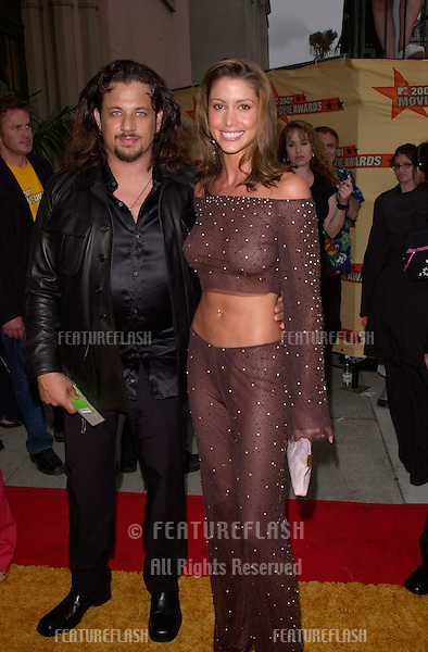 Actress SHANNON ELIZABETH & fiance JOSEPH D. REITMAN at the MTV Movie Awards in Los Angeles..02JUN2001.