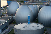 GERMANY, Hamburg, biogas plant at water treatment plant of Hamburg water, sludge is fermented to process Biogas for the gas grid / DEUTSCHLAND Hamburg, Klaerwerk und Biogasanlage Koehlbrandhoeft von Hamburg Wasser, aus Klaerschlamm wird in Faultuermen Biomethan gewonnen, gereinigt und ins Gasnetz eingespeist