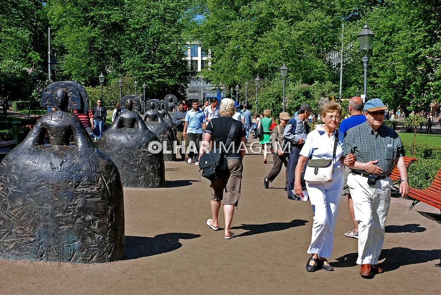 Pessoas na praça em Helsinki. Finlândia. 2007. Foto de Vinicius Romanini.