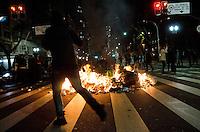 SÃO PAULO, SP, 07 DE OUTUBRO DE 2013 - PROTESTO PROFESSORES - Manifestantes depredaram bancos, estabelecimentos comercias e bloquearam as ruas ateando fogo em lixo na região central, durante protesto em solidariedade aos professores do Riode Janeiro, na noite desta segunda feira, 07. FOTO: ALEXANDRE MOREIRA / BRAZIL PHOTO PRESS