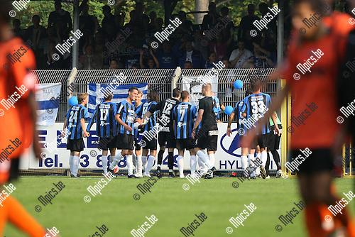 2009-09-27 / Voetbal / seizoen 2009-2010 / Rupel-Boom - Willebroek-Meerhof / Rupel-Boom viert met de supporters terwijl Willebroek-Meerhof afdruipt...Foto: Maarten Straetemans (SMB)
