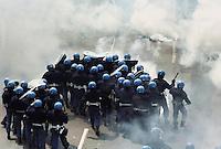 - Genova G8 2001, manifestazioni contro il summit. La polizia avanza contro i dimostranti a piazza Manin...- Genoa G8 2001, Demonstration against the summit. The police moves against the demonstrants in Manin Square.