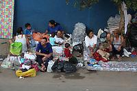 FOTO EMBARGADA PARA VEICULOS INTERNACIONAIS. SAO PAULO, SP, 18/-9/2012, FAMILIAS NA RUA. Apos perderem tudo no incendio de ontem (17) na Favela do Moinho, algumas familias que nao tiveram para onde ir, passaram a noite ao relento. Luiz Guarnieri/ Brazil Photo Press.