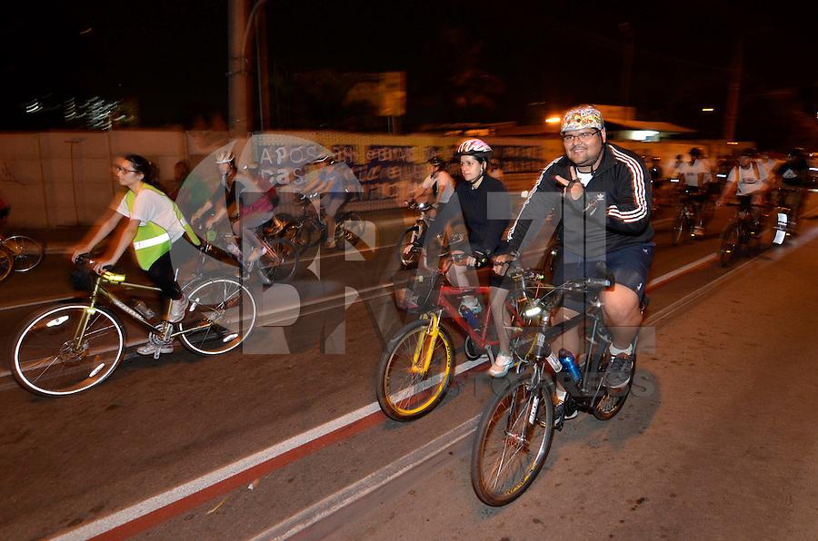 SAO PAULO, SP, 21 DE SETEMBRO DE 2013 – VIRADA ESPORTIVA 2013: O Prefeito de São Paulo Fernando Haddad andou de bicicleta com centenas de outros ciclistas durante a Pedalada Noturna, que faz parte da Virada Esportiva 2013. A largada ocorreu no Parque das Bicicletas, localizado em Moema , zona sul da capital. FOTO: LEVI BIANCO - BRAZIL PHOTO PRESS