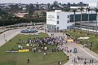 ITU, SP, 29.09.2014 - Manifestação crise do abastecimento - ITU - Grupo de manifestantes se reunem em frente a Prefeitura de Itu e colocam um caixão, a policia faz um cordão de isolamento não deixando que os manifestantes cheguem até o prédio, nesta segunda-feira (29). A Prefeitura aceitou conversar com um comite de 10 manifestantes que estão nesse momento dentro da Prefeitura (Foto: Marcelo Brammer / Brazil Photo Press).