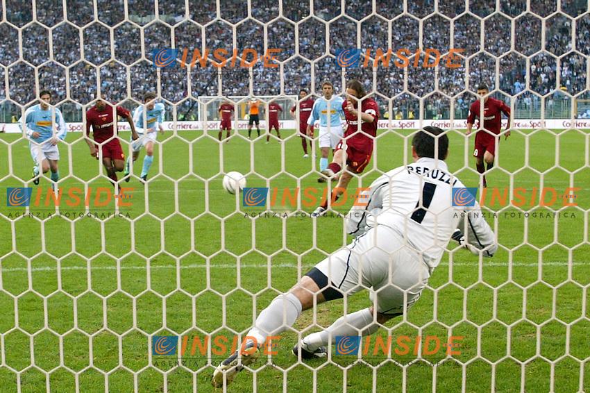 Roma 21/4/2004 CAMPIONATO ITALIANO SERIE A<br /> LAZIO - ROMA<br /> totti segna  il gol del pareggio<br /> FOTO Andrea Staccioli Insidefoto