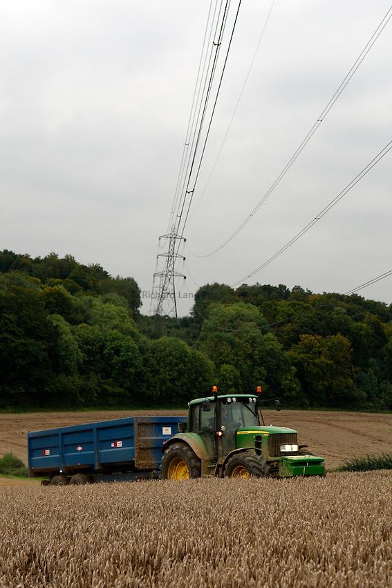 Photo: Richard Lane/Richard Lane Photography. Grain harvest near Little Missenden, Buckinghamshire. A John Deere tractor and trailer. 16/09/2008.