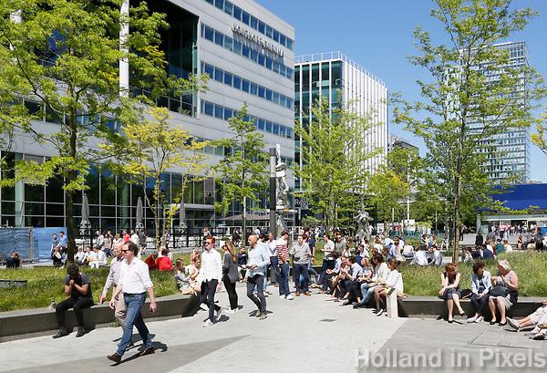 Nederland Amsterdam 2017. Lunchtijd op de Zuidas.  Links het kantoor van Houthoff Buruma.  Foto Berlinda van Dam / Hollandse Hoogte