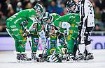 Stockholm 2014-01-10 Bandy Elitserien Hammarby IF - Sandvikens AIK :  <br />  Hammarbys Carl-Johan Rutqvist ligger p&aring; isen och tittas till av Hammarbys Patrik Nilsson och Hammarbys Jesper Jonsson efter att ha ramlat i en n&auml;rkamp med Sandvikens Joakim Bergman <br /> (Foto: Kenta J&ouml;nsson) Nyckelord:  skada skadan ont sm&auml;rta injury pain