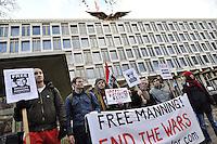 ARA12 LONDRES (REINO UNIDO) 17/12/2011.- Personas se manifiestan frente a la embajada estadounidense en Londres, Inglaterra, para pedir la liberación del soldado Bradley Manning, quien está acusado de filtrar miles de documentos secretos a WikiLeaks, hoy, sábado, 17 de diciembre de 2011. EFE/Andy Rain.
