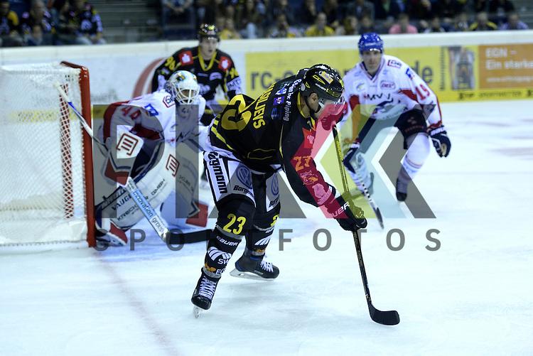 1. Spieltag der DEL Saison 2016/17 &ndash; Krefeld Pinguine vs. Adler Mannheim (16.09.2016) /#23 Herberts Vasiljevs (KEV) -#44 Dennis Endras (Mannheim) im Spiel in der DEL, Krefeld Pinguine (schwarz) &ndash; Adler Mannheim (weiss).<br /> <br /> Foto &copy; PIX-Sportfotos.de *** Foto ist honorarpflichtig! *** Auf Anfrage in hoeherer Qualitaet/Aufloesung. Belegexemplar erbeten. Veroeffentlichung ausschliesslich fuer journalistisch-publizistische Zwecke. For editorial use only.