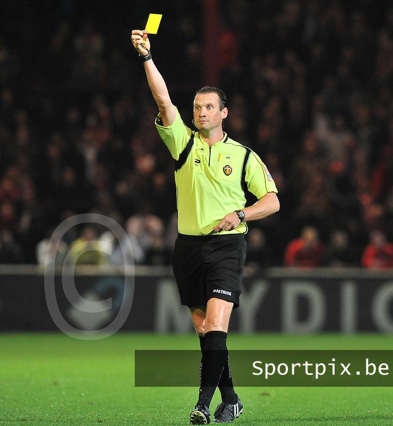 KV Kortrijk - AA Gent : scheidsrechter Jurgen Brinckman met de gele kaart<br /> foto VDB / Bart Vandenbroucke