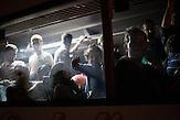 Um dem Flüchtlingsstrom Herr zu werden, hat Kroatien damit begonnen, Flüchtlinge von Tovarnik an die ungarische Grenze zu bringen, um eine humanitäre Katastrpohe zu verhindern. Die Flüchtlinge fahren in Konvois zu jeweils zehn Bussen 120 Kilometer durch Kroatien, um an die Grenze zu Ungarn zu gelangen. Vor Ort nehmen ungarische Beamte die Flüchtlinge in Empfang und verteilen sie auf Busse auf der ungarischen Seite, um sie anschließend nach Österreich zu bringen.