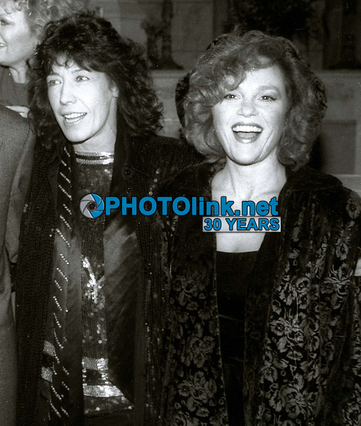 Lily Tomlin and Madeline Khan 1986<br /> at Brenda Vaccaro's wedding<br /> Photo By Jesse Nash/PHOTOlink