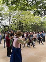 Besucher im Secret Garden = Huwon= Biwon des Changdeokgung Palast, Seoul, Südkorea, Asien, UNESCO-Weltkulturerbe<br /> Visitors   in the secret garden of  palace Changdeokgung,  Seoul, South Korea, Asia UNESCO world-heritage