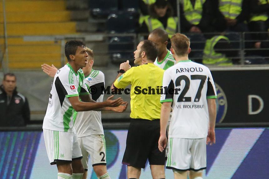 Schiedsrichter Marco Fritz mit Luiz Gustavo (Wolfsburg) - Eintracht Frankfurt vs. VfL Wolfsburg, Commerzbank Arena