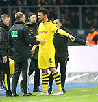 30.11.2019, OLympiastadion, Berlin, GER, DFL, 1.FBL, Hertha BSC VS. Borussia Dortmund, <br /> DFL  regulations prohibit any use of photographs as image sequences and/or quasi-video<br /> im Bild  gelb-rote KarteMats Hummels (Borussia Dortmund #15), Schiedsrichter<br /> <br />       <br /> Foto © nordphoto / Engler