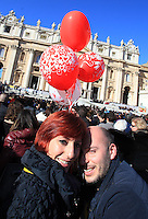 Coppie di fidanzati attendono l'arrivo di Papa Francesco in occasione della ricorrenza di San Valentino in Piazza San Pietro,  Citta' del Vaticano, 14 febbraio 2014.<br /> Engaged couples wait for the arrival of the Pope Francis in occasion of the St. Valentine's Day in St. Peter's square at the Vatican, 14 February 2014.<br /> UPDATE IMAGES PRESS/Isabella Bonotto<br /> <br /> STRICTLY ONLY FOR EDITORIAL USE