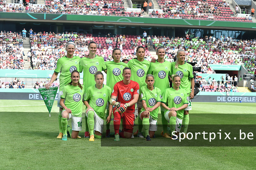 20170527 - KOELN , GERMANY : Wolfsburg's team before the kick off of the final of German Women's Cup 2017 - Pokal Final Frauen , a soccer women game between SC Sand and holders VfL Wolfsburg  , at the Rhein Energie Stadion , saturday 27 th Mayl 2017 . PHOTO SPORTPIX.BE | DIRK VUYLSTEKE
