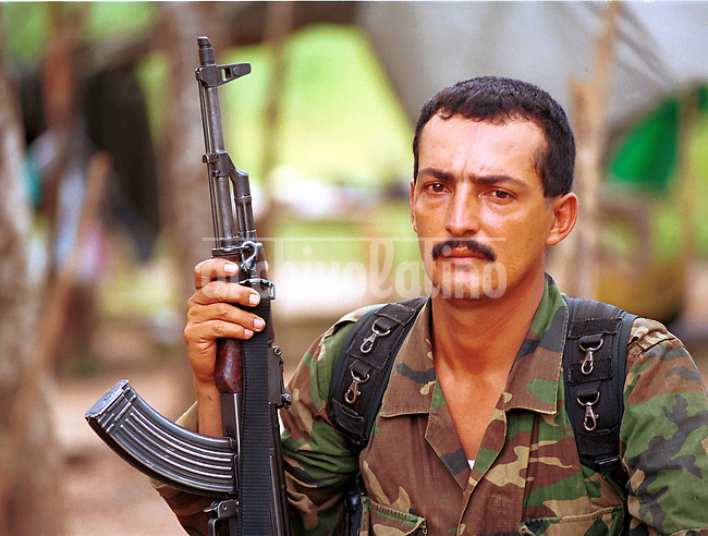 Un guerrillo de las FARC, cerca de San Vicente del Caguan , el sur de Colombia, lugar bajo control guerrillero durante las conversaciones de paz con el gobierno de Andres Pastrana.+ guerrilla  *A  guerrila of the comunist organization FARC near San Vicente del Caguan, Southern Colombia, where they  keep peace talkings with Andres Pastrana government +guerrilla *Un guérillero FARC, au sud du pays pendant les conversations de paix avec le gouvernement d'Andres Pastrana. +guérillas, armée, militaires, guerres, civiles, guérilleros, drogue, cocaïne, trafics, gans, cartel, narcotraficants