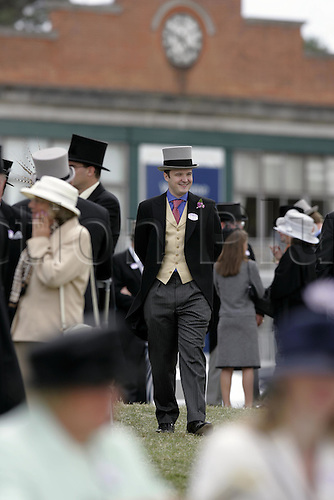 18 June 2004: Racegoers walking in the Royal Enclosure at Royal Ascot. Photo: Steve Bardens/Action Plus...040618 horse racing crowd