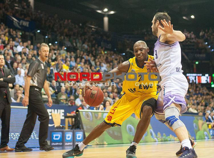 18.12.2015, EWE Arena, Oldenburg, GER, BBL, EWE Baskets Oldenburg vs BG G&ouml;ttingen, im Bild<br /> <br />  Dominik Spohr( BG G&ouml;ttingen # 9 )<br /> Rickey Paulding (EWE Baskets Oldenburg # 23 )<br /> Foto &copy; nordphoto / Rojahn *** Local Caption ***