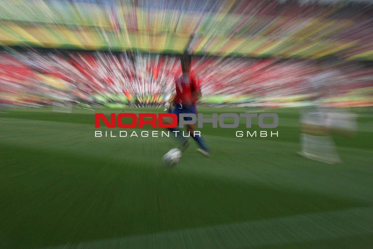 FIFA WM 2006 - Gruppe A ( Groupe A )<br /> Play  #34 (20-Jun) - Costa Rica vs Polen in Hannover<br /> <br /> Schmuck Feature Typo - Aufnahme  verwischt - Spiel Ball Spieler<br /> <br /> Foto &copy; nordphoto <br /> <br />  *** Local Caption ***