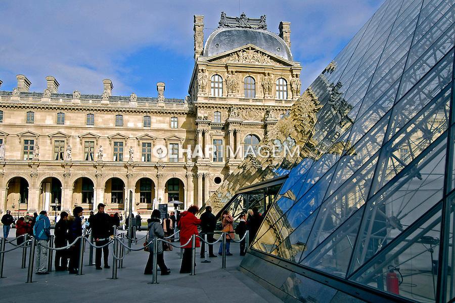 Pirâmide do Museu do Louvre. Paris. França. 2007. Foto de Luciana Whitaker.