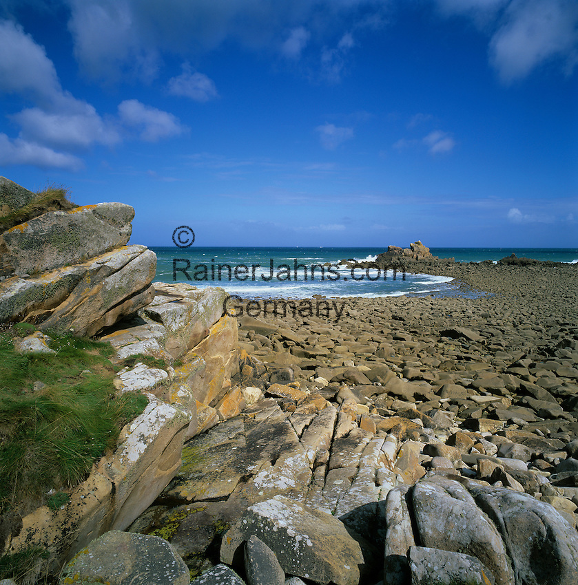 France, Brittany, near Morlaix: Rocky coastline at Pointe de Primel at Plougasnou Community