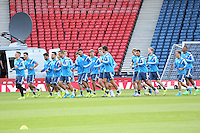 Mannschaft laeuft sich warm - Deutsche Nationalmannschaft Abschlusstraining, Hampden Park Glasgow