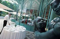 """Europe/France/Ile-de-France/Paris: Restaurant """"La Grande Cascade"""" le personnel dresse la terrasse - allée de Longchamp Bois de Boulogne"""